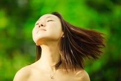 Flick spensierato dei capelli fotografia stock libera da diritti