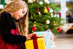 Flickaöppning som är närvarande på juldag Arkivfoton