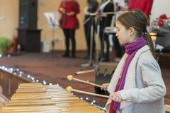 Flicka 9 år gammal spela yrkesmässig xylofon royaltyfri bild