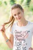 Flicka 13 år på naturen Royaltyfria Bilder