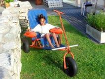 Flicka 11 år på stol med flöten och hjul Royaltyfri Bild
