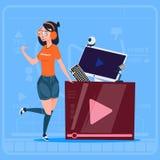 Flicka över Vlog för Blogger för Vlogger kanalskärm den moderna videopd skaparen royaltyfri illustrationer
