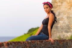 Flicka överst av väggen Royaltyfri Foto