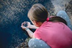 Flicka av sjön som fångar grodyngeln arkivbilder