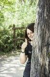 Flicka bak tree Arkivbilder