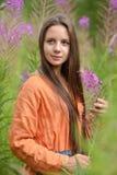 Flicka bland ett fält med pil-te royaltyfri bild