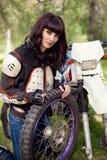 Flicka-cyklist motorcykel royaltyfri fotografi