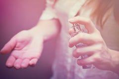 flicka eller kvinna som applicerar doft Royaltyfria Foton