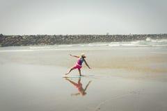 Flicka eller tonårigt lära för att rida en skimboard på den Oregon kusten Royaltyfri Foto