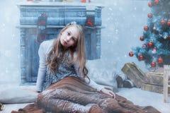 Flicka en snöig filt på julgranen Royaltyfri Fotografi
