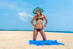 Flicka en tropisk ö Royaltyfri Foto