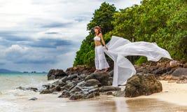 Flicka en tropisk ö Arkivbild