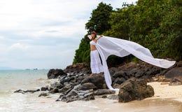 Flicka en tropisk ö Fotografering för Bildbyråer