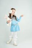 Flicka för Ð-¡ ute i vinterkläder med ett vitt ark för tomt papper Royaltyfria Foton