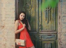 Flicka för Ð-¡ ute nära den gamla trädörren Royaltyfri Foto
