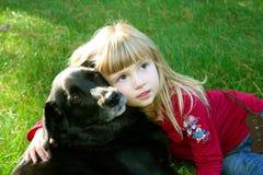 flicka för 2 hund henne Arkivbild