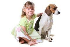 flicka för 4 hund lilla gammala år Royaltyfri Foto