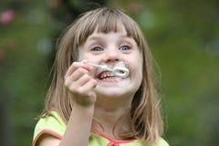 flicka för 4 slående bubblor Royaltyfria Bilder