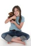 flicka för 6 björn som rymmer little nalle Arkivbild