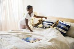 Flicka för afrikansk nedstigning i ett sovrum arkivbild