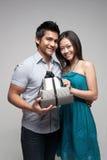 flicka för asiat som 2 ger den aktuella mannen till Royaltyfria Foton