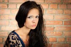 flicka för bakgrundsbrickwallbrunet Royaltyfri Bild