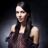 flicka för bakgrundsbrunettdark Arkivfoto