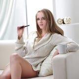 flicka för cigarett e inomhus Arkivbilder