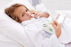 flicka för dålig cold little nasalt använda för spray royaltyfri fotografi
