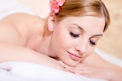 Flicka för härlig ung blond kvinna för Closeupstående som attraktiv kopplar av ögon som stängs under brunnsortmassagebehandlingar Royaltyfri Bild