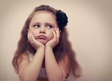 Flicka för härligt barn som ser ledsen med trutade kanter closeup royaltyfria foton