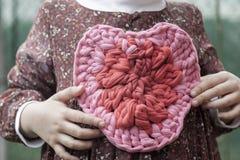 Flicka för hjärta för virkning för valentinvirkninggarneringar Arkivfoton