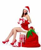 Flicka för jultomtenhjälpredajul med gåvor. Arkivbilder