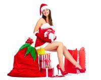 Flicka för jultomtenhjälpredajul med gåvor. Arkivfoton
