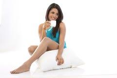 flicka för kaffekopp som har kudden Fotografering för Bildbyråer