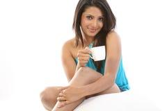 flicka för kaffekopp som har kudden Royaltyfria Foton