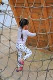 Flicka för liten unge på lekplatsen som spelar på att klättra det netto repet fotografering för bildbyråer