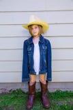 Flicka för liten unge som låtsar för att vara en cowboy Arkivbild