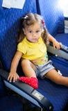 Flicka för litet barn i ett flygplan Royaltyfri Bild