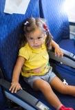 Flicka för litet barn i ett flygplan Arkivfoto