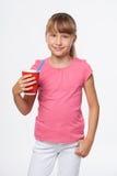 Flicka för litet barn som rymmer en drink i disponibel pappers- kopp Royaltyfria Foton