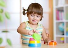 Flicka för litet barn som spelar med bildande leksaker Arkivfoto