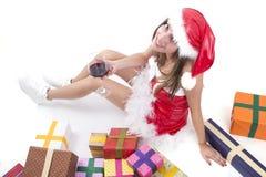 Flicka för lycklig jul med exponeringsglas av rött vin och gåvor Royaltyfria Foton