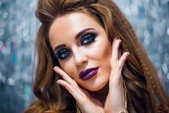 Flicka för modeglamourmodell i sexig damunderkläder och strumpor som poserar i studion, ohyfsad kvinna med den lockiga frisyren,  Royaltyfri Bild