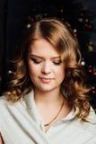 Flicka för modell för skönhetjulmode Xmas-trädbakgrund fotografering för bildbyråer