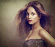 Flicka för modemodell med långt blåsa hår Arkivbild