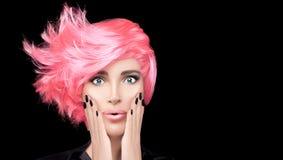 Flicka för modemodell med stilfullt rosa hår Begrepp f?r f?rgl?ggning f?r h?r f?r sk?nhetsalong Kort frisyr arkivbild