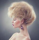 Flicka för modemodell med updofrisyren royaltyfria foton