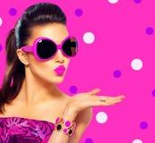 Flicka för modemodell som bär purpurfärgad solglasögon arkivfoton