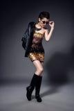 Flicka för modemodell som isoleras över grå bakgrund Stilfull kvinna för skönhet som poserar i trendig kläder och solglasögon Arkivbild